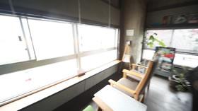 窓からは高松の海が臨めます
