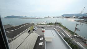 北浜アリーの駐車場と高松湾。デザインラボラトリー蒼を利用の際もこの駐車場が使えるようになりました。