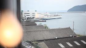 時折、窓から高松港に出入りするフェリーが見えます